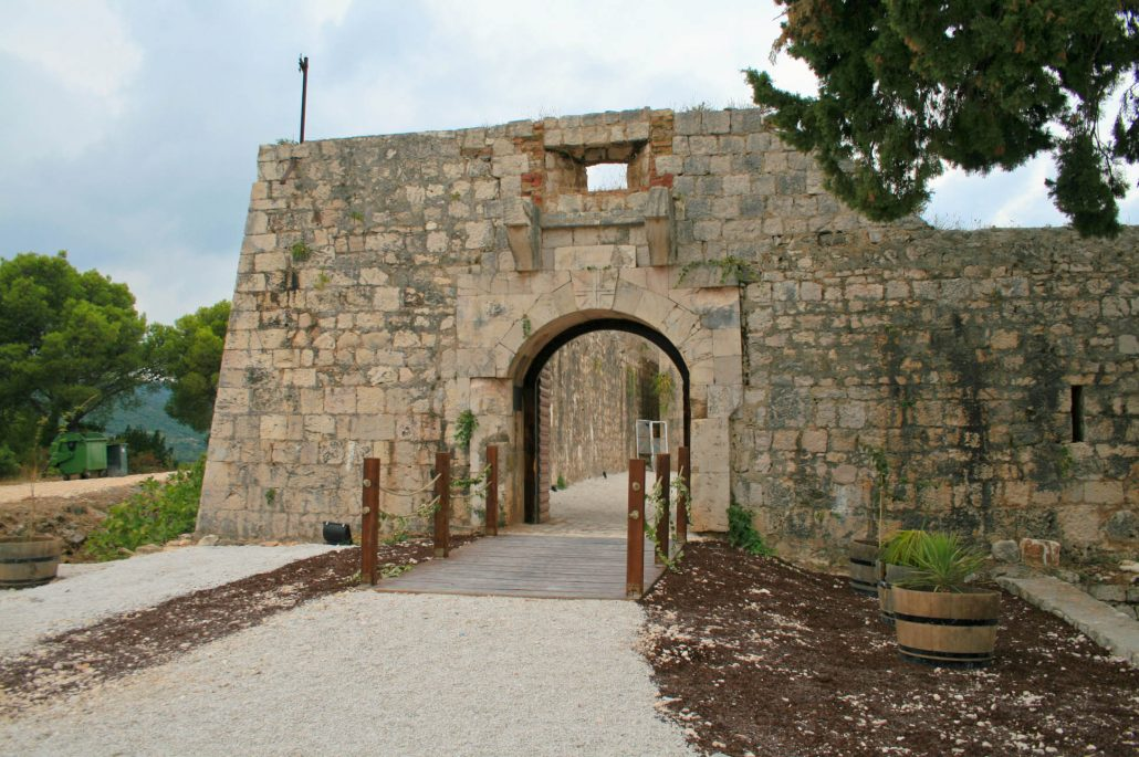 Photos of Vis - Fort George entrance
